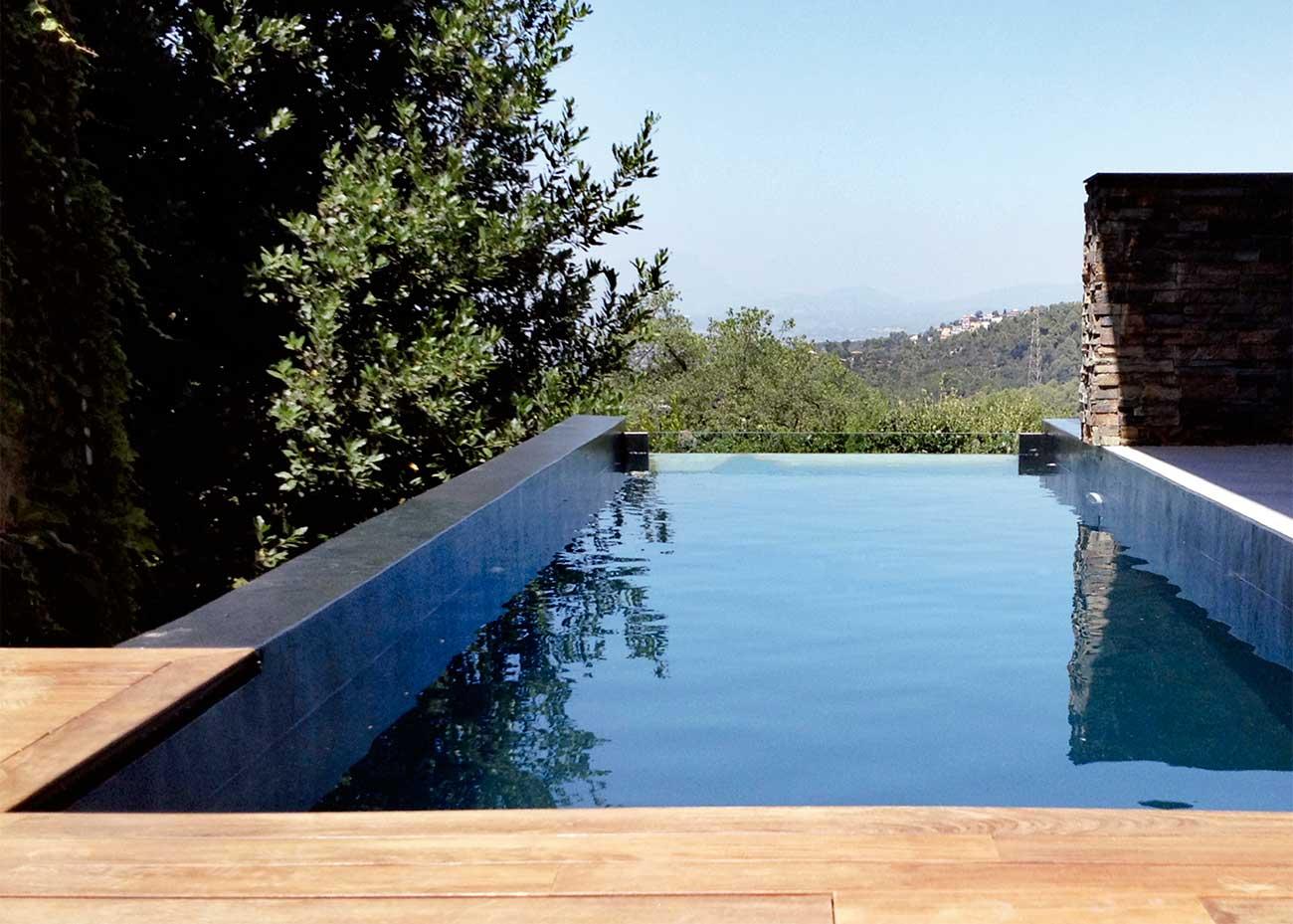 Piscina donde se utilizan productos para el mantenimiento de piscinas